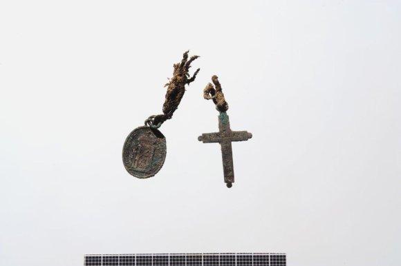 Kęstučio Stoškaus nuotr./Kapavietėje rastas medalikėlis ir kryželis