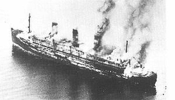 """Wikipedia.org nuotr./""""Cap Arcona"""" netrukus po atakos"""
