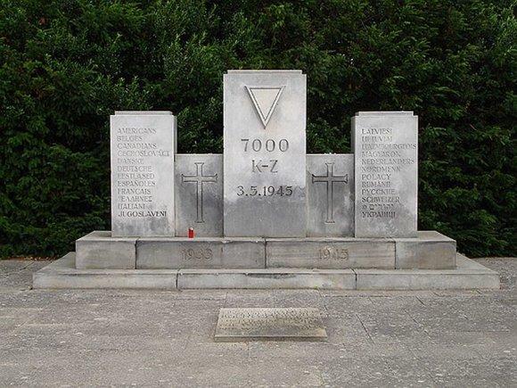"""Wikipedia.org nuotr./Monumentas Noištate """"Cap Arcona"""" ir """"Thielbek"""" aukoms atminti, kuriame vardijamos jų tautybės."""