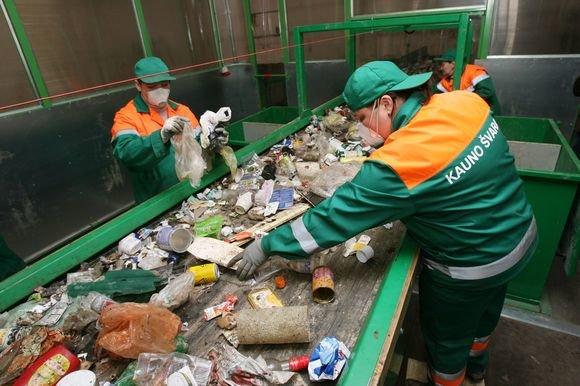 Eriko Ovčarenko/15min.lt nuotr./Nors 1,3 mln. Lt kainavusi naujoji plastiko pakuočių ir polietileno rūšiavimo linija žymiai padidins įmonės darbo našumą, visiškai atsisakyti darbo rankų šios technologijos neleidžia.