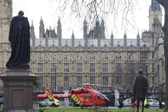 """""""Scanpix""""/AP nuotr./Prie Jungtinės Karalystės parlamento Bendruomenių rūmų pastato pasigirdo šūviai."""