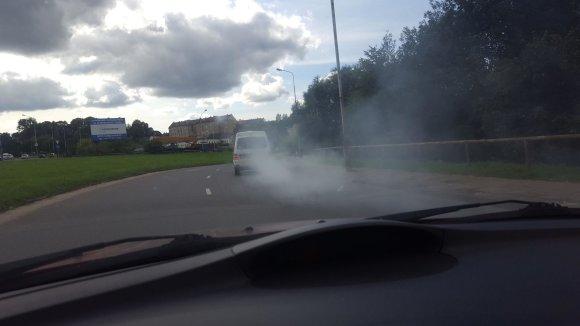 Skaitytojo Aurimo Stabingio nuotr./Baltų dūmų uždangą paskleidęs automobilis