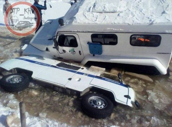 Vostokmedia.ru iliustr./Lede įšalę du automobiliai