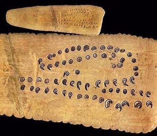 LEM iliustr./Skirtingų Mėnulio fazių atvaizdai kaulo plokštelėje – spėjama, seniausias žinomas paleolito laikus siekiantis kalendorius./Astronomy.com