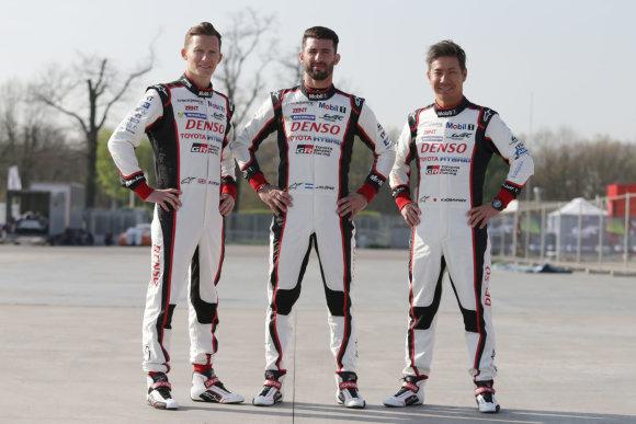 "TMG nuotr./""Toyota Gazoo Racing"" komanda Silverstouno trasoje lenktyniaus nauju hibridu (M.Conway, J.M.Lopez, K.Kobayashi)"