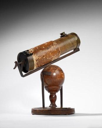 Niutono patobulintame teleskope pro okuliarą matomas vaizdas aiškesnis dėl vamzdyje papildomai sumontuotų veidrodžių/ Astronomy.com