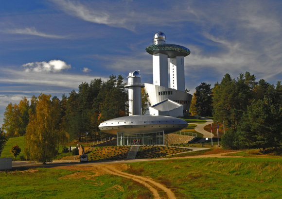 Lietuvos etnokosmologijos muziejus giedromis naktimis lankytojams per mėgėjiškus teleskopus siūlo pasigrožėti žvaigždėmis/ Etnokosmomuziejus.lt