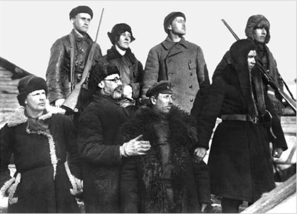 1929 m. ekspedicijos dalyviai. Apačioje antras iš kairės – tyrinėtojų grupės vadovas l.Kulikas./ Iliustracijos šaltinis: Lietuvos etnokosmologijos muziejus.
