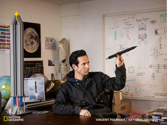 """National Geographic nuotr./Tarptautinę komandą remiančios įmonės """"Interorbital Systems"""" techninis darbuotojas Erikas Ridis mąsto apie raketos konstrukciją. Bendrovė siekia tapti pigiausia raketinių skrydžių paslaugų teikėja privačiame kosminių skrydžių sektoriuje."""