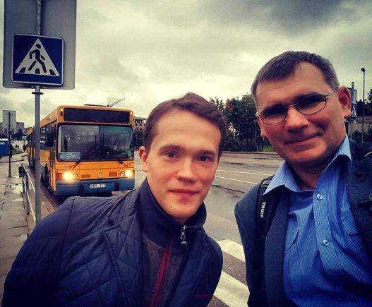 Paulius Sviklas ir Žilvinas Pekarskas Bitėnų stotelėje Vilniuje