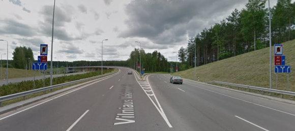 Google.maps iliustr./Vilniaus Vakarinis aplinkkelis, posūkis į Oslo gatvę: kiek matote juostų ženkluose ir kiek ant asfalto?