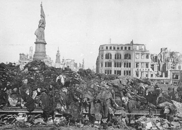 Vokietijos valstybės archyvo/wikimedia.org nuotr./Žuvusių miesto gyventojų kūnai prieš kremavimą