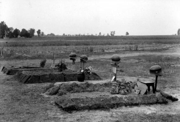 Vokietijos Bundesarchyvo/Wikimedia.org nuotr./Antrojo pasaulinio karo vokiečių karių kapai