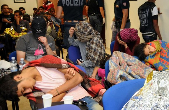 """AFP/""""Scanpix"""" nuotr./Prie Sicilijos krantų išgelbėti nelegalūs migrantai"""