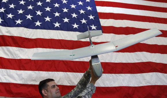 """""""Reuters""""/""""Scanpix"""" nuotr./Amerikiečių karys demonstruoja bepilotį orlaivį """"Raven"""""""