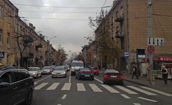 Įvykio liudininko Tomo B. nuotr./Avarijos vietoje Vilniuje, J.Jasinskio g.