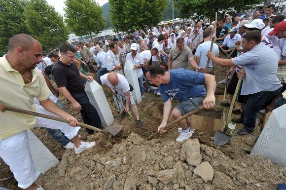 """AFP/""""Scanpix"""" nuotr./Bosnijos musulmonai pirmadienį susirinko į šimtų neseniai identifikuotų Srebrenicos žudynių aukų laidotuves"""