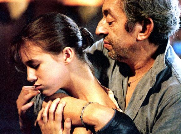 "Vida Press nuotr./Charlotte Gainsbourg su tėvu Serge'u Gainsbourgu filme ""Charlotte for Ever"""