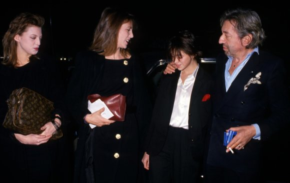 Vida Press nuotr./Charlotte Gainsbourg su tėvu Serge'u Gainsbourgu, motina Jane Birkin ir seserimi Kate Barry 1986 m.