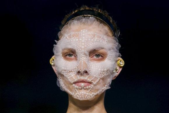 """""""Scanpix"""" nuotr./""""Givenchy"""" kolekciją pristačiusių modelių veidus dengė sudėtingi papuošalai"""
