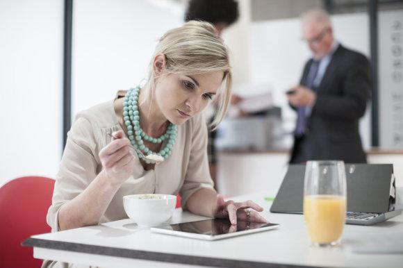 Vida Press nuotr./Moteris valgo biure