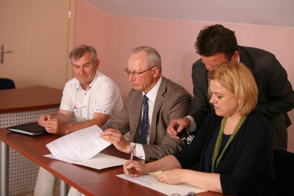 Eriko Ovčarenko/15min.lt nuotr./Sutarties pasirašymas