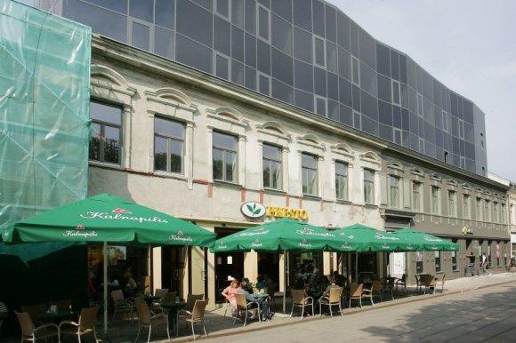 Aliaus Koroliovo nuotr./Dažytas ir nedažytas: nauja spalva, kuria jau nudažyta dalis pastato, mažiau kontrastuoja su stikliniu antstatu.