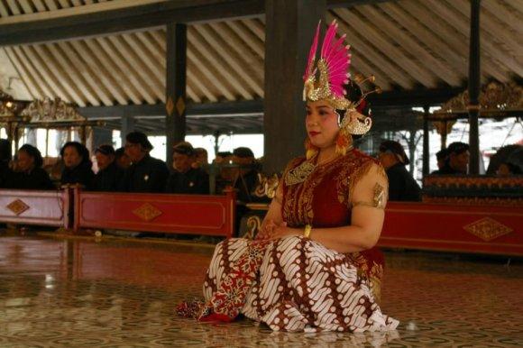 Viktorijos Panovaitės nuotr./Tradicinis indonezietiškas šokis karaliaus rūmuose