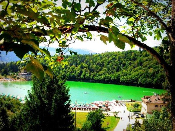 Folgarija pilna ežerų. Vienas jų – smaragdinis Leviko ežeras.