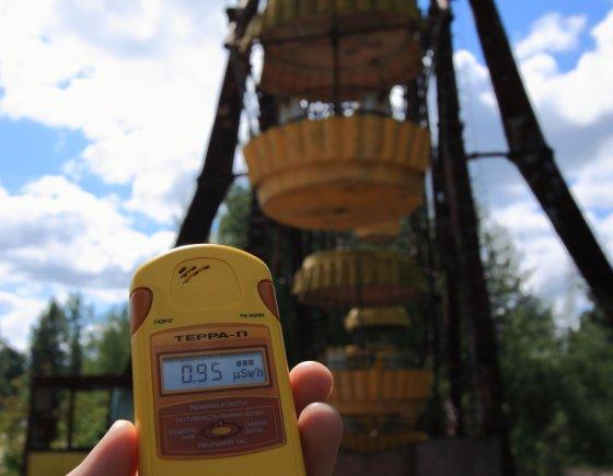 Turistas matuoja Pripetėje radiacijos lygį