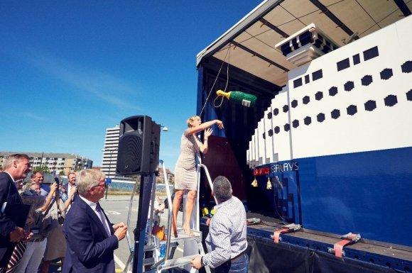 """DFDS nuotr./Kopenhagoje laivui suteiktas vardas """"Jubilee Seaways"""". Tradiciškai į bortą mestas butelis, tik šį kartą jis irgi buvo iš """"Lego"""" kaladėlių."""