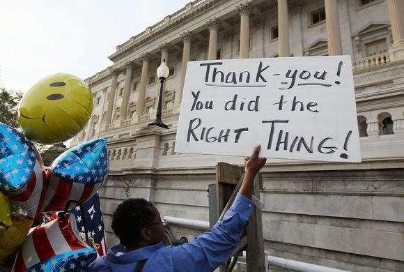 """AFP/""""Scanpix"""" nuotr./Vieni sprendimą dėl """"Obamacare"""" įstatymo, kiti kritikavo"""