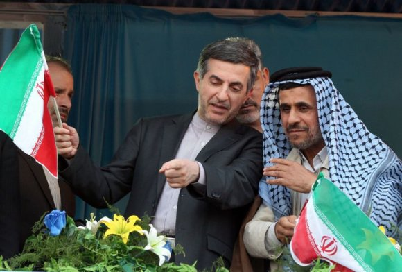 AFP/Scanpix nuotr./Irano prezidentas Mahmoudas Ahmadinejadas (dešinėje) ir Esfandyaras Rahimas Mashaie