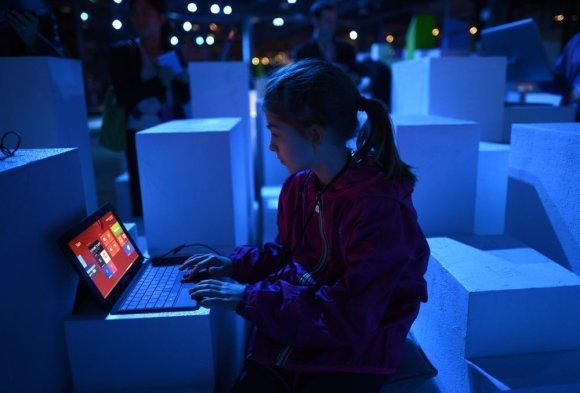 "AFP/""Scanpix"" nuotr./Vaikas dirba su kompiuteriu"