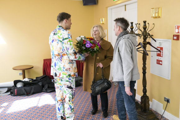 """Gedmanto Kropio/""""Žmonės"""" nuotr./Aktorę Vaivą Mainelytę pradžiugino jai skirta gėlių puokštė"""