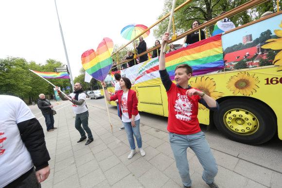 Juliaus Kalinsko/15min.lt nuotr./Asociacijos LGL vaivorykštės spalvų autobusas prie Santuokų rūmų