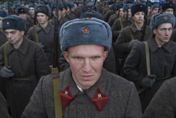"""""""Reuters""""/""""Scanpix"""" nuotr./Rusijos kariai su senovinėmis uniformomis Raudonoje aikštėje"""