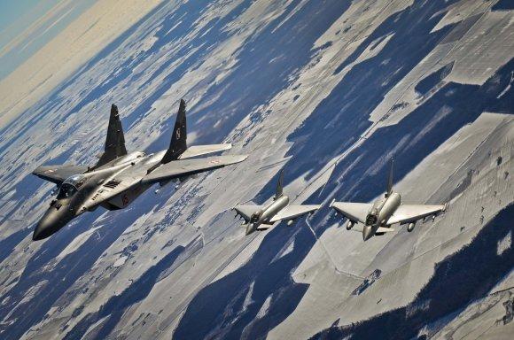 """Vainius Eiva nuotr./MiG-29 ir """"Eurofighter Typhoon"""" naikintuvai"""