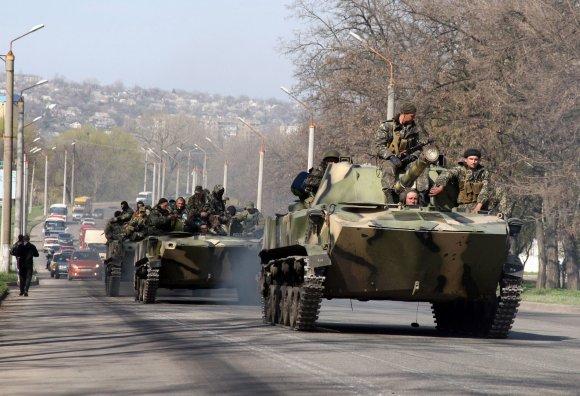 """AFP/""""Scanpix"""" nuotr./Rusų šarvuočiai su """"žaliaisiais žmogeliukais"""" netoli Kramatorsko miesto"""