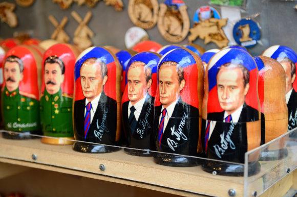 Alfredo Pliadžio nuotr./Taline pardavinėjamos matrioškos su Vladimiro Putino ir Stalino portretais
