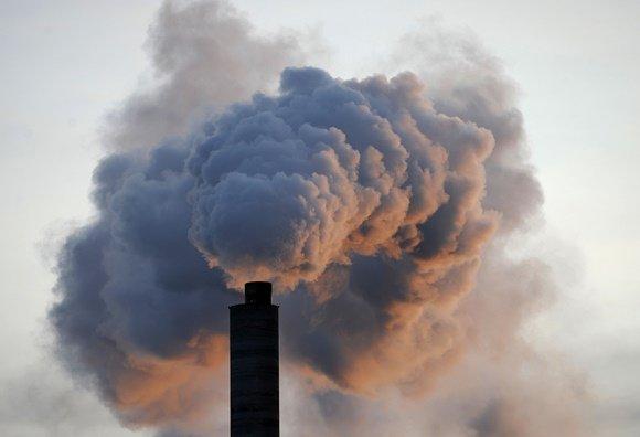 "AFP/""Scanpix"" nuotr./Iš fabriko veržiasi dūmai"