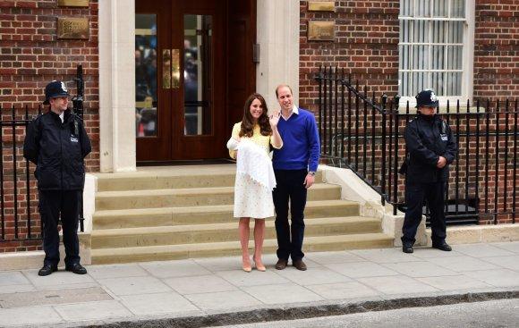 """""""Scanpix""""/""""PA Wire""""/""""Press Association Images"""" nuotr./Kembridžo hercogienė Catherine ir princas Williamas su dukra"""
