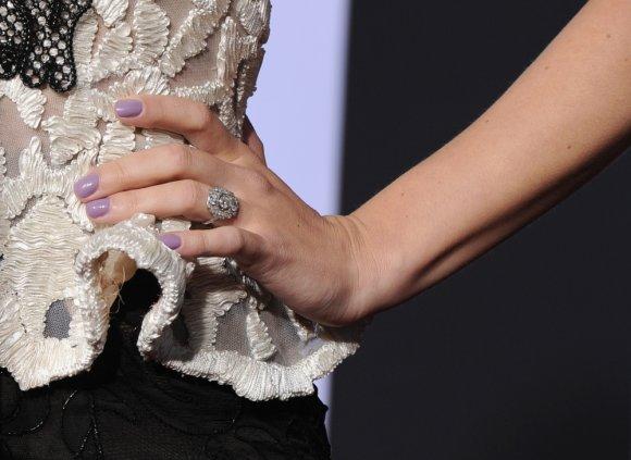 """AFP/""""Scanpix"""" nuotr./Scarlett Johansson sužadėtuvių žiedas"""