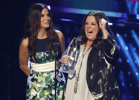 """""""Reuters""""/""""Scanpix"""" nuotr./Sandra Bullock ir Melissa McCarthy atsiima apdovanojimą už mėgstamiausią komediją """"Vienas šūvis. Dvi kulkos"""""""