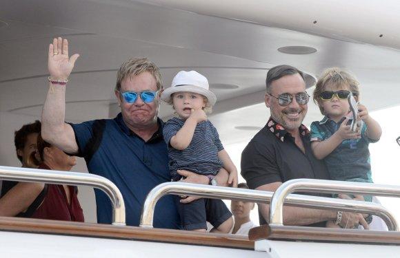 """""""Scanpix""""/""""SIPA"""" nuotr./Eltonas Johnas ir Davidas Furnishas su sūnumis Zachary ir Elijah"""
