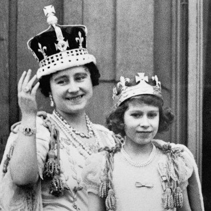 """Scanpix""/""PA Wire""/""Press Association Images"" nuotr./Karalienė Elizabeth II su motina (1937 m.)"