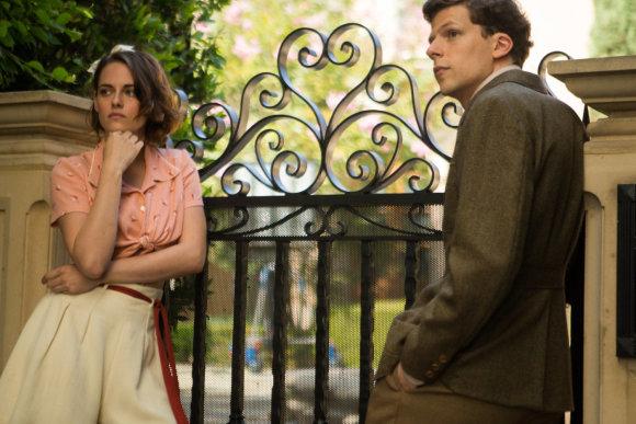 """Kadras iš filmo/Kristen Stewart ir Jesse'is Eisenbergas filme """"Aukštuomenės klubas"""""""