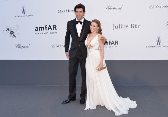 "AFP/""Scanpix"" nuotr./Dainininkė Kylie Minogue su mylimuoju ispanų modeliu Andresu Velencoso"