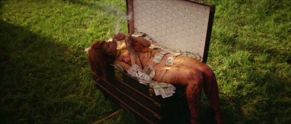 "Kadras iš vaizdo klipo/Rihanna vaizdo klipe ""Bitch Better Have My Money"""