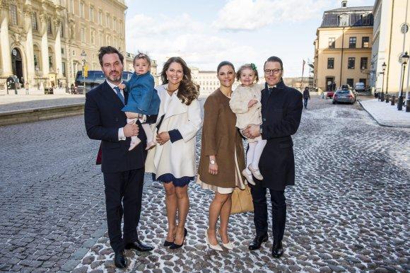 """""""Scanpix"""" nuotr./Švedijos princesė Madeleine su vyru Chrisu O'Neillu (pora kairėje) ir dukra Leonore ir Švedijos princesė Victoria su vyru Danieliu (pora dešinėje) ir dukra Estelle"""